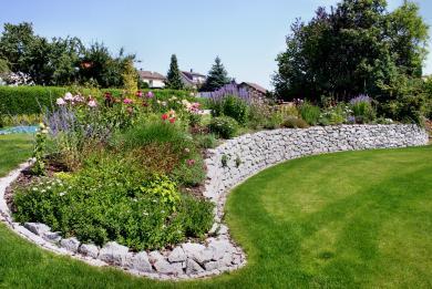 Natursteinmauer aus grauem Odenwaldgranit  - Gartengestaltung Frank Klemt